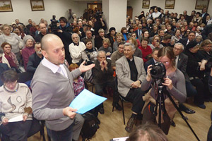На общественных слушаниях у В. Доронина конфисковали микрофон Фото: Любнарком