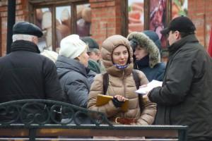 Наталья Зотова разговаривает с жителями Дзержинского Фото: Двести РУ