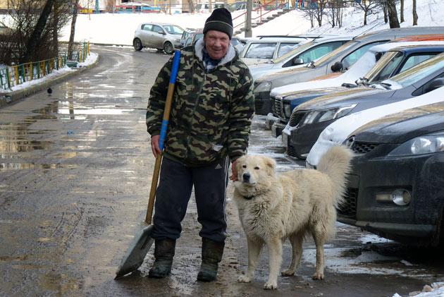 Дзержинский дворник дядя Ваня и его пес Барс Фото: Двести РУ