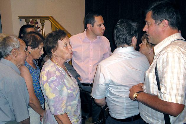 Стародубцев (в центре). Обсуждение после слушаний продожалось