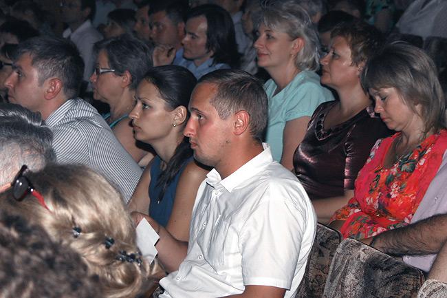 Тревожное ожидание в глазах слушателей