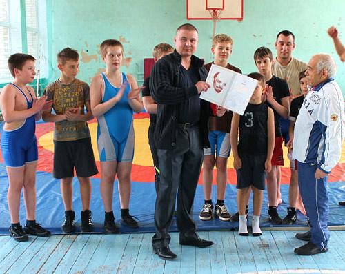 А. Шлыков вручает Почетную грамоту Вано Маргаряну