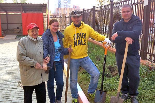 Александра Ганина с мамой и коммунисты России с лопатами