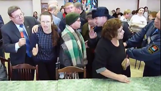 Народ бросился к депутатскому столу, чтобы сказать о депутатах все, что думает